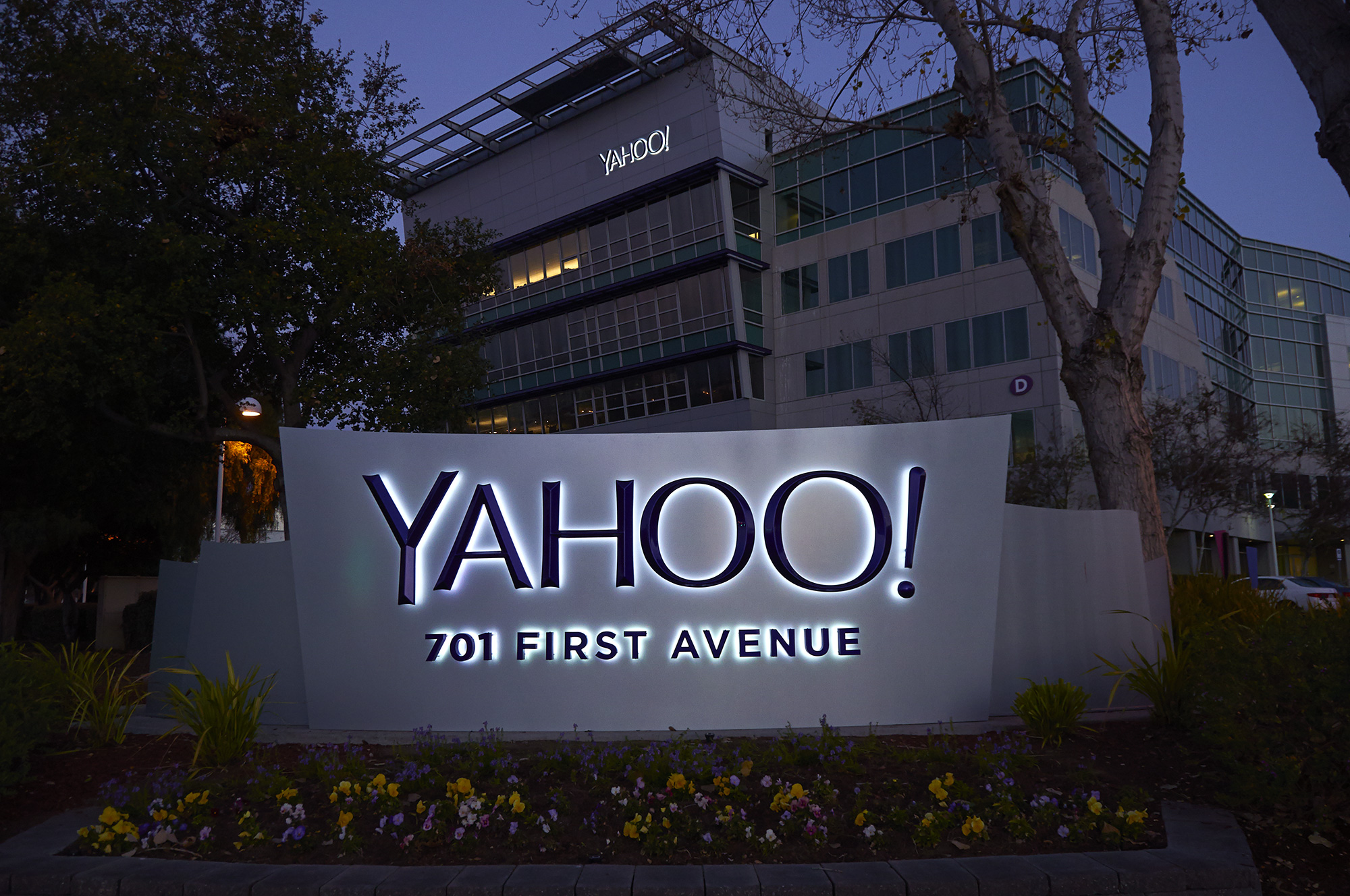 Yahoo not yodeling over weak sales